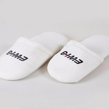 Cheap Personalized Disposable Spa Hotel Bathroom <strong>Slippers</strong> Making Machine Embroidered Logo Match Bag