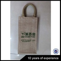 Factory Sale Custom Design recyclable jute wine bottle bag with wooden d shape cane handle from China manufacturer