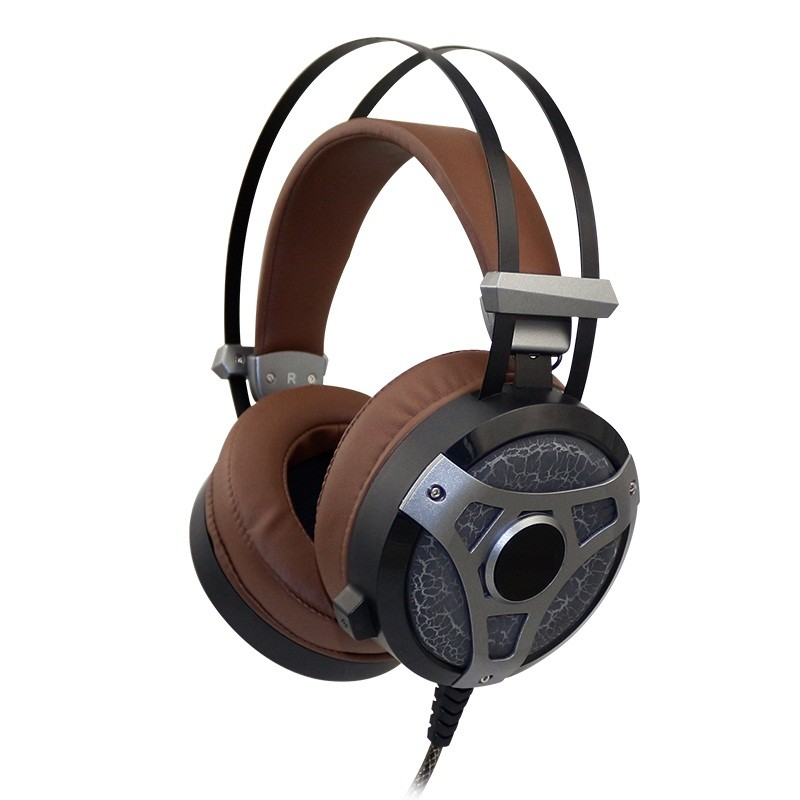Laptop using wired gaming headphone headset for pc gamers