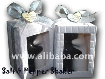 Salt and Pepper shaker Sweet Love Hugging Model