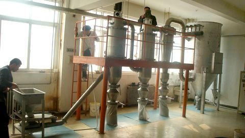 Vertical multi-grade fluidized bed jet mill