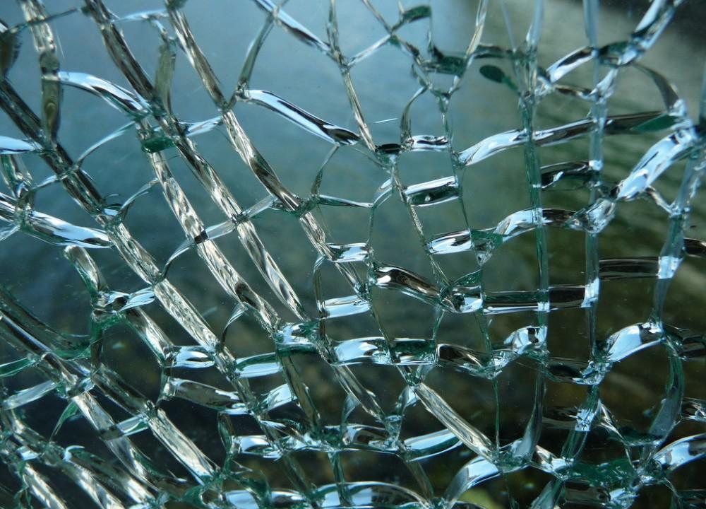 Трещины на стеклянном столе