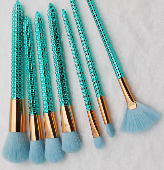 shiny green makeup brushes (2).png