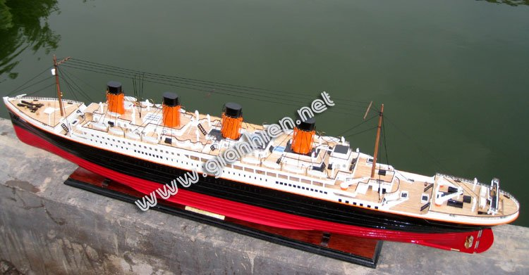 RMS TITANIC READY RC OCEAN LINER MODEL - WOODEN DECORATION