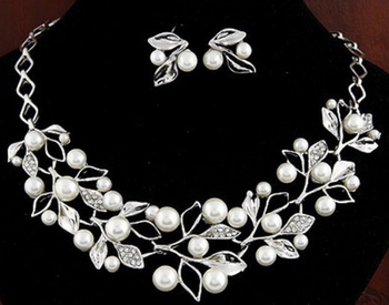 Fashional alloy cast with crystal and pearl flower necklace and earrings set for women jewelry
