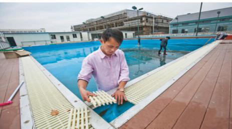 Piscina de desbordamiento rallado zanja de drenaje for Drenaje de piscina