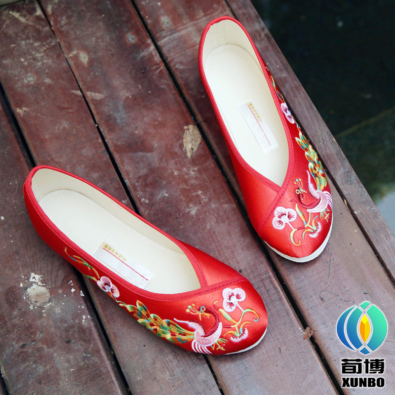 Chinese wind red embroidery wedding shoe of soft and comfortable