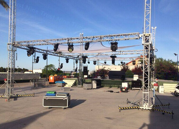 Lighting truss for concert