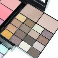 2018 hot selling OEM Private label make up cosmetics colourful professional palette eyeshadow set