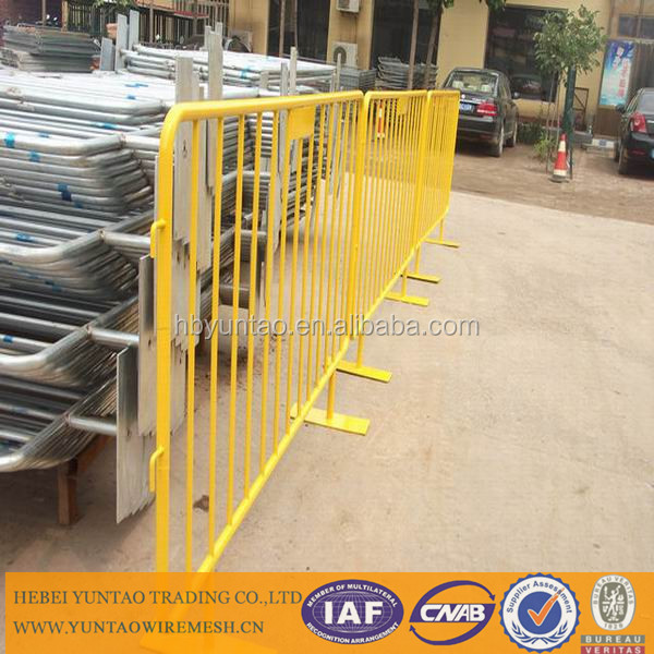 Easily assembled low carbon iron wire temporary fence stands concrete
