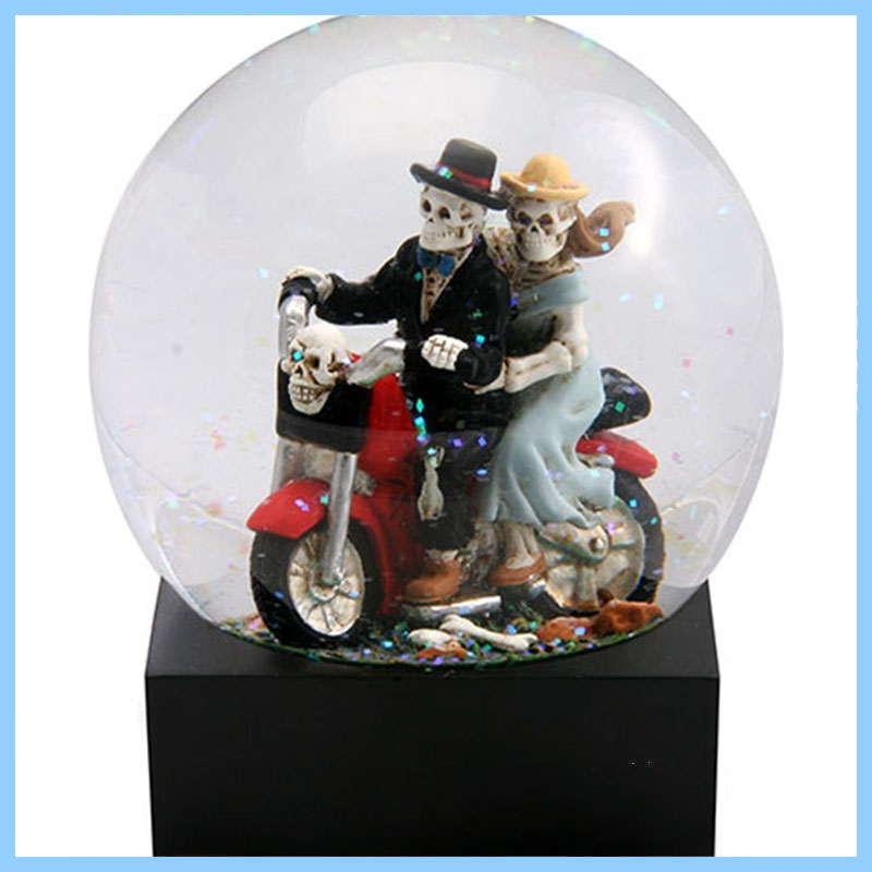 High Quality Polyresin Skull Lovers on Red Motorcycle in a Water Globe with Glitter For Home Decoration