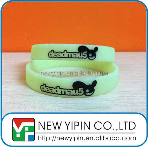 Cheap silk screen or deboss color fill in glow silicon wristband silicone bracelet rubber band with your logo