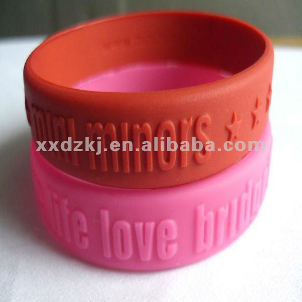 Cheap Anti-sweat Silicone Rubber Embossed Bracelets/Wristbands for Promotion Gift