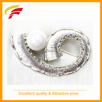 fashion shape metal brooch with pearl and rhinestones for women's dress
