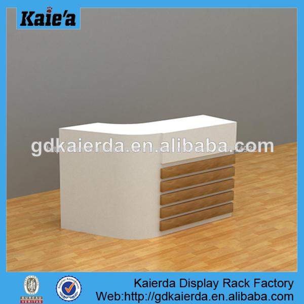 comptoir de magasin pour l 39 affichage affichage magasin de d tail con oit comptoir table en bois. Black Bedroom Furniture Sets. Home Design Ideas