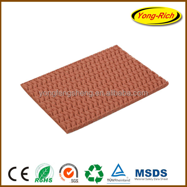 Rubber carpet underlay with nonwoven backing