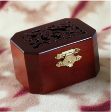 Hand crank mechanism engraved wooden music box