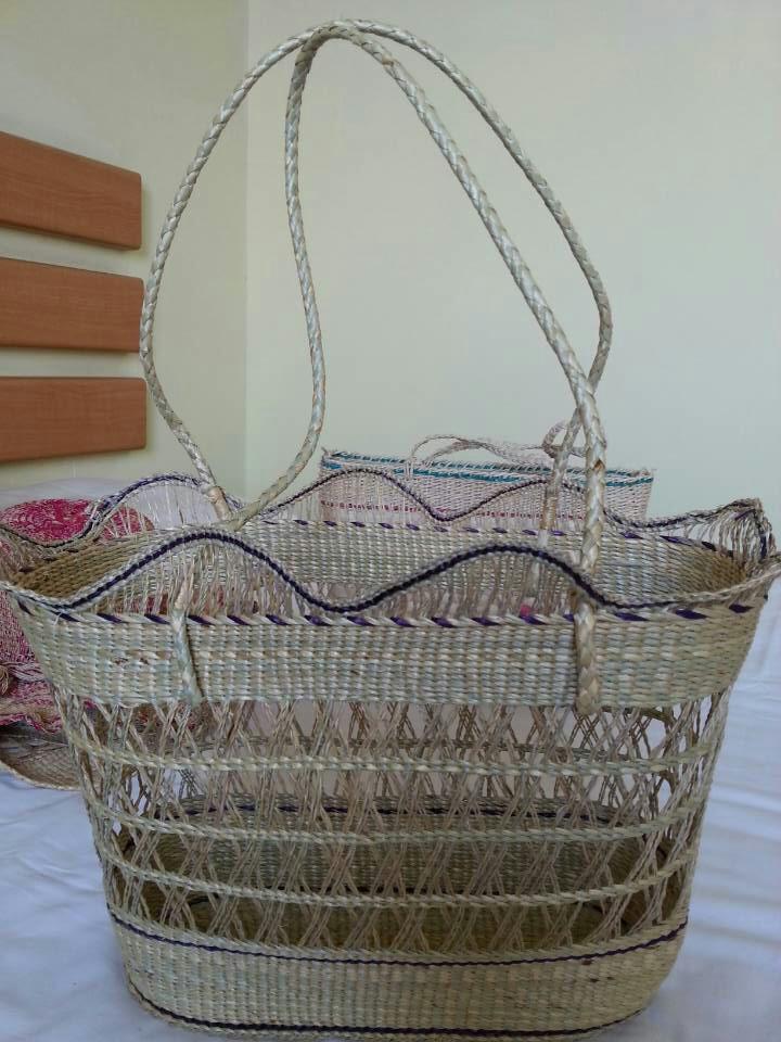 decorar com ráfia palha cesta cesto de roupa sujaCestas de