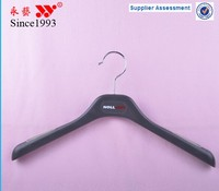 non slip factory price black plastic clothes hanger with sticker