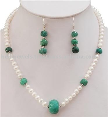 Designer Handcrafted Freshwater Pearl & Emerald Bead Necklace~~~