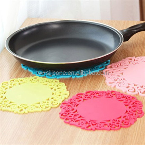 Kitchenware, custom design logo fashion heat proof silicone pads with beautiful flower brim