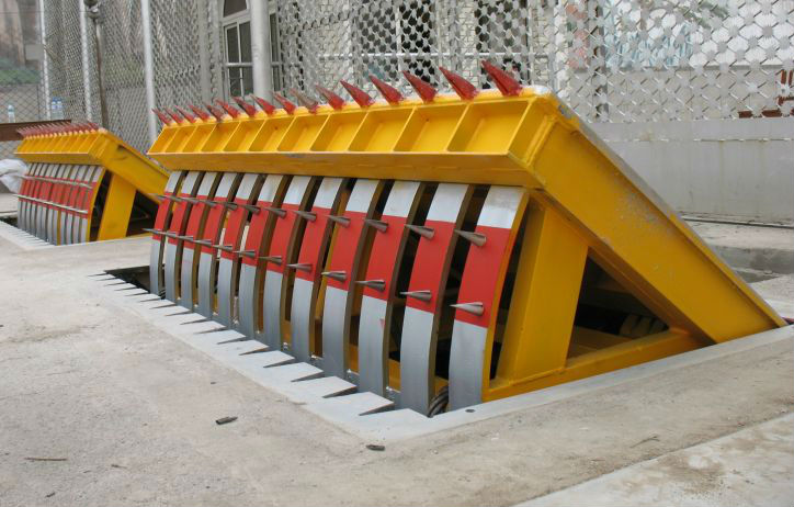 RFID heavy-duty steel barrier road safety products/ Hydraulic pressure traffic road barrier block