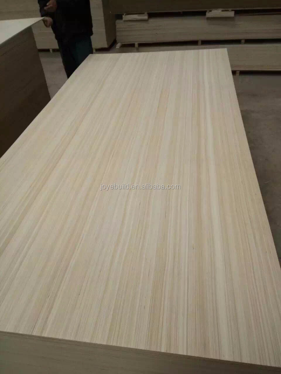 Plywood with face and back veneer from white color local wood