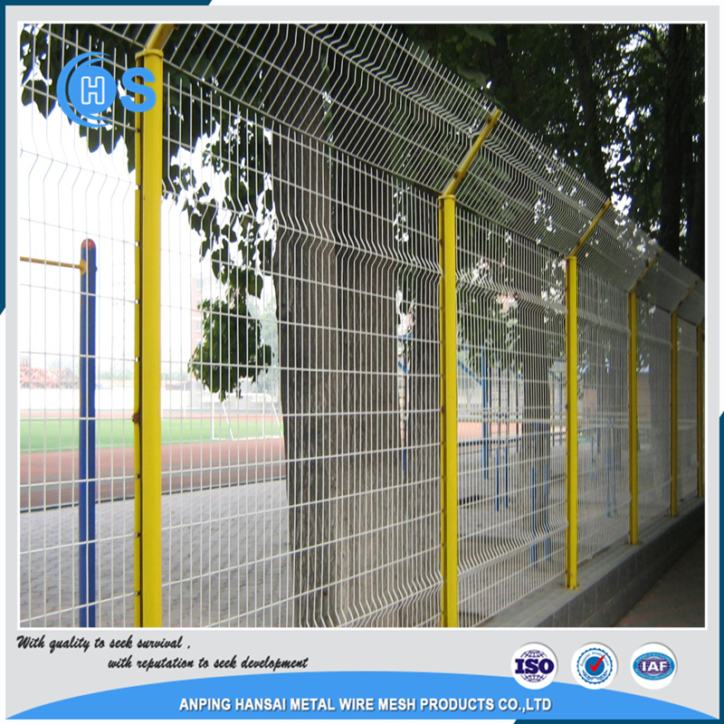 China Manufacturer triangle bended roll top wire mesh fence
