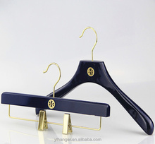customized luxury wooden clothes hanger boutique clothing hanger with brands logo for tory burch