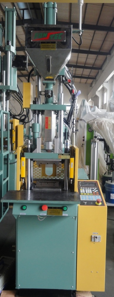 Small vertical plastic injection moulding machine
