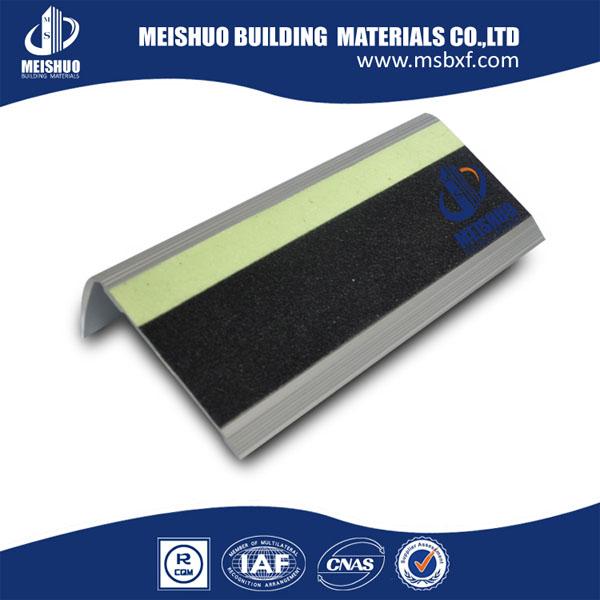 aluminium traptreden  trap tapijt treden  antislip strip voor trappen met lichtgevende strip