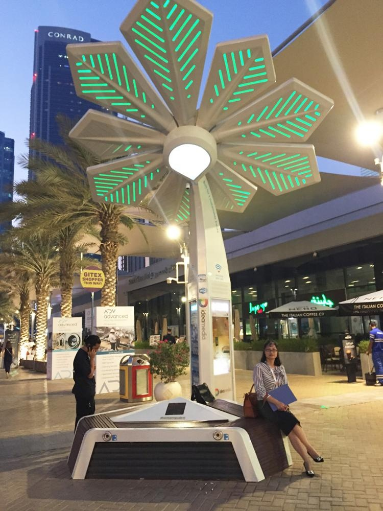 New design  smart palm tree sculpture with  USB charge LED screen solar wifi etc multifunction to KSA
