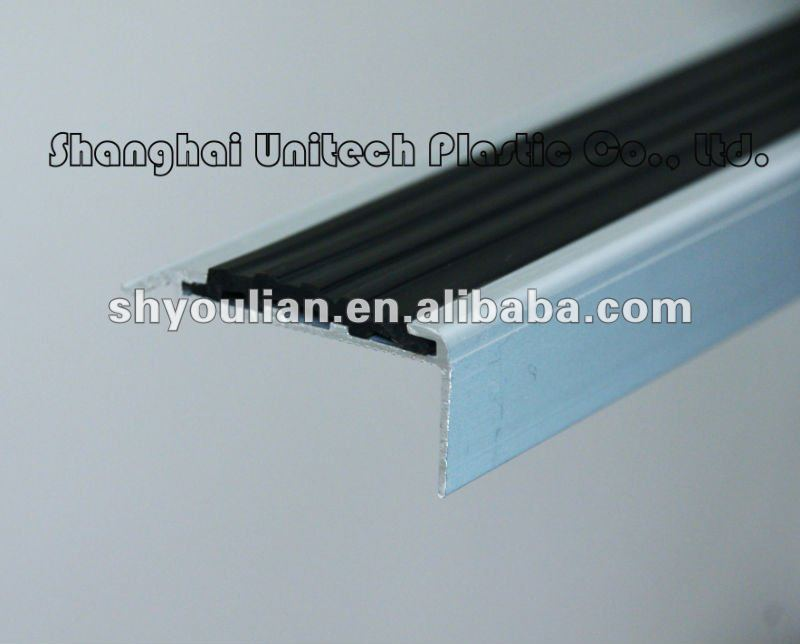 Flexible rubber strip inserted aluminum stair nosing