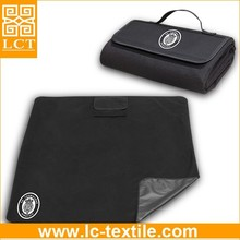 supply 100% polyester fleece fold up waterproof black picnic blanket with carry strap(LCTM0061)