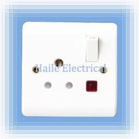 5A 1 gang switched round-pin wall socket with neon (British standard White range)