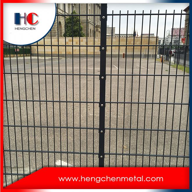 Crimped welded wire mesh fence