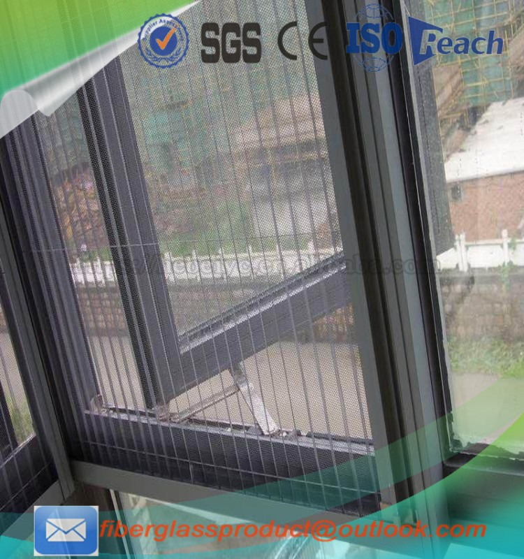 Trackless pleated fly screen door / retractable fly mesh