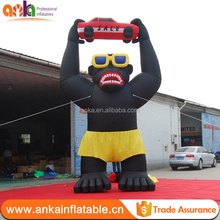 Customized colour 20ft size outdoor advertising rental attractive squatting giant inflatable gorilla with car on head