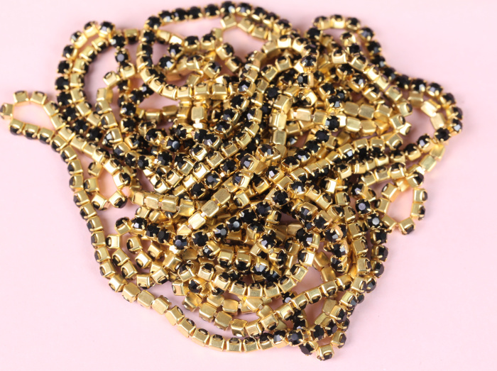 OLeeya Wholesale Colorful Over 10 Colors 2.5mm Gold Base ABS Plastic Pearls Cup Rhinestone Chain Trimming for Dresses