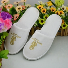 High Quality New White SPA Slippers in Terry Velour Embroidgered Logo Hotel Disposable Slippers