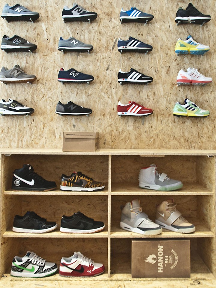 Shop Counter Table Design To Display Shoes And Cash