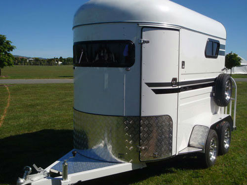 2HSL-S with horse trailer door and horse trailer ramp