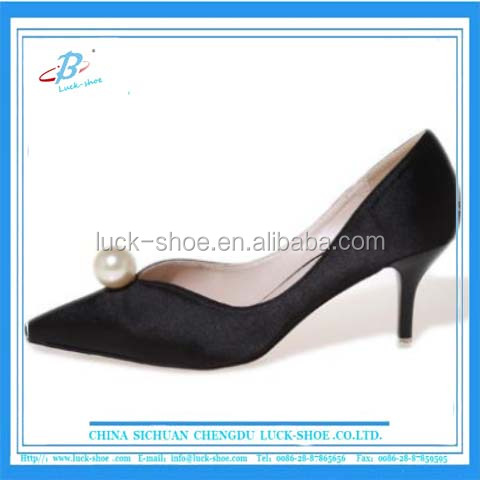 Classic design black lady office dress shoes pearl decorate mid heel women shoes