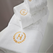Cheap wholesale embroidered gold logo white hotel bath cotton towel set