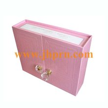 Treasure chest with door closure