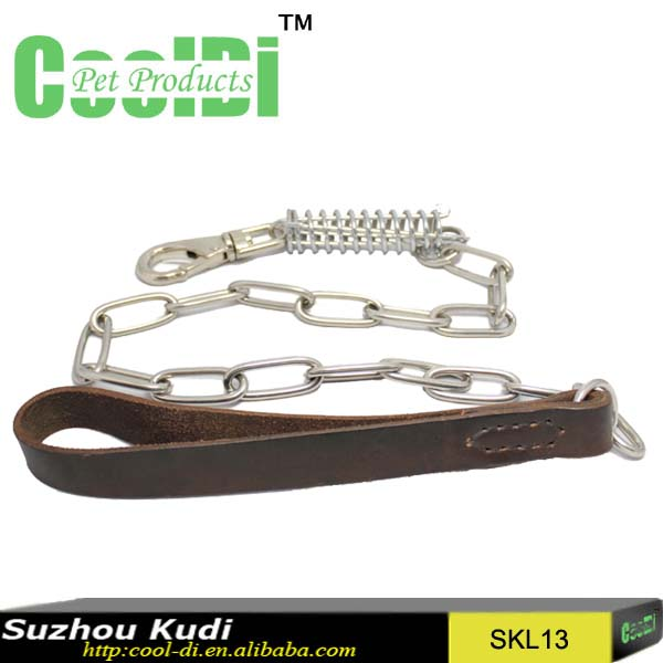 Hand pulling soft leather lead dog chain