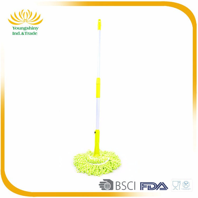 Extendable spraying handle twist mop