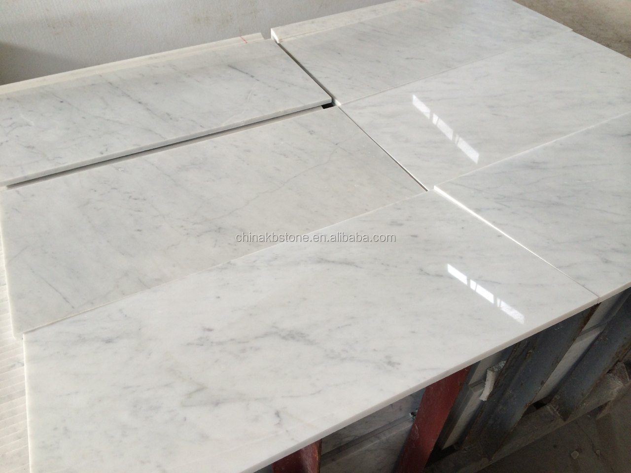 Dalles de marbre blanc de carrare sol en marbre et for Carrelage de marbre blanc