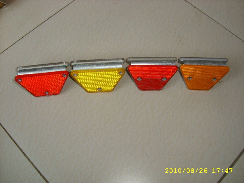 Crash Barrier Reflector with Two Rivets