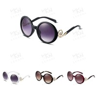young lady weared original sunglasses, round mirror lens sunglasses, fashionable tourist sunglasses
